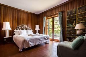 A bed or beds in a room at Entre Rochas Pool House by The Getaway Collection