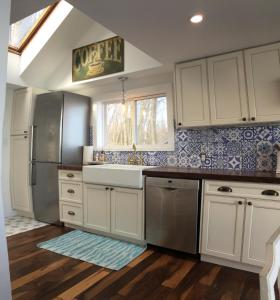 A kitchen or kitchenette at Scenic Waterfront Cottage