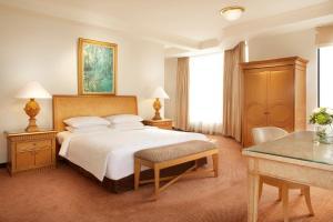 سرير أو أسرّة في غرفة في Aryaduta Suite Semanggi