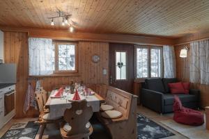 Ein Restaurant oder anderes Speiselokal in der Unterkunft Ferienwohnung Sunnehöckli
