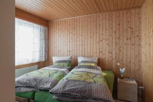 Ein Bett oder Betten in einem Zimmer der Unterkunft Ferienwohnung Sunnehöckli