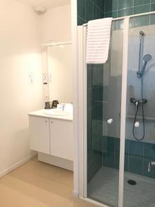Salle de bains dans l'établissement Domitys Le Jardin des Lys