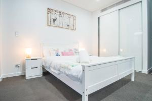 A bed or beds in a room at Stunning & Cozy 1 Bedroom APT In Heart of Mascot