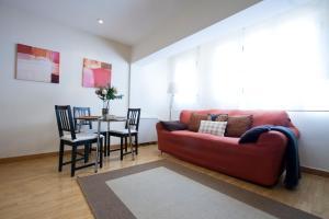 Ein Sitzbereich in der Unterkunft Apartamentos APR Alcalá
