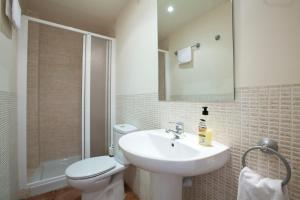 Ein Badezimmer in der Unterkunft Apartamentos APR Alcalá