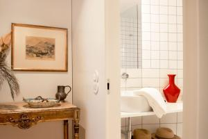 A bathroom at Oporto Square with balcony Apartment