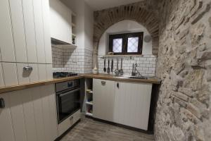 A kitchen or kitchenette at La Dimora di Ares