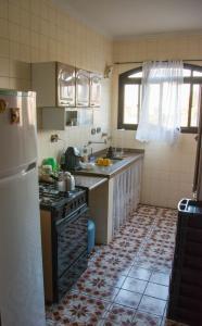 A kitchen or kitchenette at Apartamento Monica Enseada