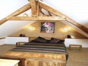 Un ou plusieurs lits dans un hébergement de l'établissement House Domaine de crottay 1