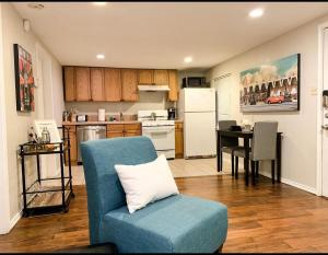 A seating area at Adorable 1BR cottage centrally located