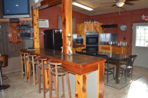The lounge or bar area at Bungalow at Crying Eagle Lodging Company