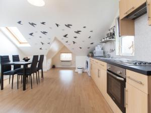 A kitchen or kitchenette at One Bedroom Flat 64e
