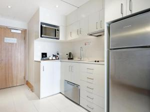 A kitchen or kitchenette at Crowne Plaza - Surfers Paradise 2 Bed Ocean View