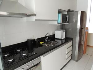 A kitchen or kitchenette at Apartamento 2 quartos Living Park Sul
