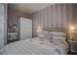 A bed or beds in a room at Elegant & sophisticated apt for 4, Central MCR