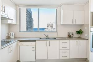 A kitchen or kitchenette at A PERFECT STAY - Surf Moon