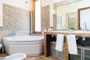 A bathroom at Four Bedroom Villa near Metro