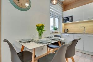 A restaurant or other place to eat at Baltic Sun Luxurious Apartment - Monte Cassino