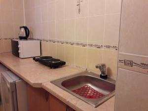 A kitchen or kitchenette at House on Veteranov