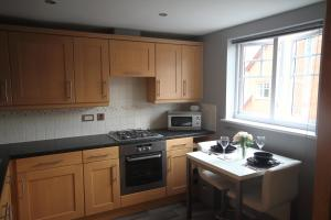 A kitchen or kitchenette at apartments4you
