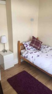 A bed or beds in a room at 5 bed maisonette central Westkirby