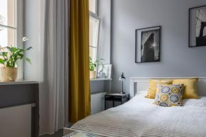 A bed or beds in a room at Apartament Jana Matejki