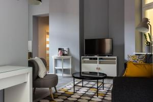A television and/or entertainment centre at Apartament Jana Matejki