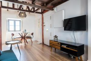 A television and/or entertainment center at Le Flat Alfama