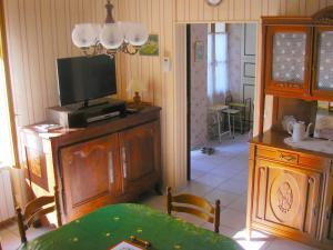 Télévision ou salle de divertissement dans l'établissement Holiday Home Luzillé