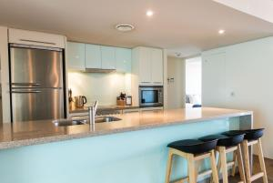 A kitchen or kitchenette at Sullivans Cove Apartments