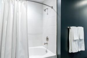 Kupatilo u objektu Minute Maid Park 1806