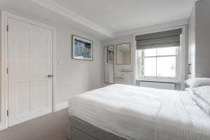 A bed or beds in a room at Dawson Place IV by Onefinestay