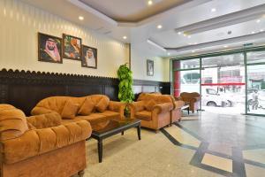 A área de receção ou átrio de OYO 150 Al Hamra Palace Al Aswaq