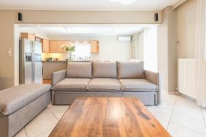 A seating area at Luxury and Spacious apt for 8 guests