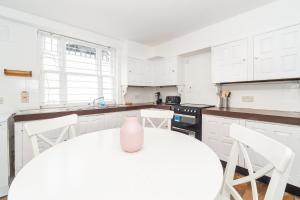 Cucina o angolo cottura di PML Apartments Montpelier Street