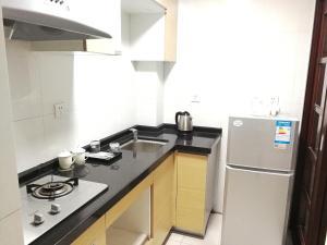 A kitchen or kitchenette at Xi Er Man Apartment Pazhou Exhibition