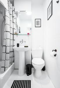 A bathroom at Elegant Apartment Panoramic