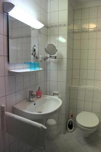 Ein Badezimmer in der Unterkunft K & R Appartements Binz