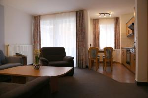 Ein Sitzbereich in der Unterkunft K & R Appartements Binz