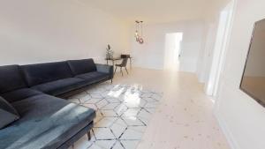 Ein Sitzbereich in der Unterkunft Large and Bright Apartment in City Centre