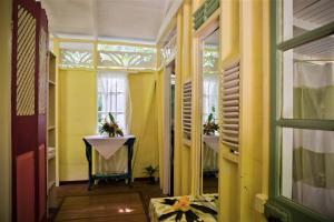 A bathroom at Balenbouche Estate