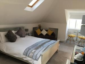 A bed or beds in a room at Linton Luxury Holiday Home