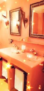 A bathroom at AppartHotel Khris Palace