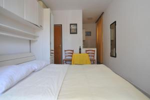 A bed or beds in a room at Apartmani Jadranka