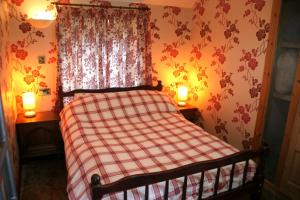 A bed or beds in a room at The Kilnmans' Cottage