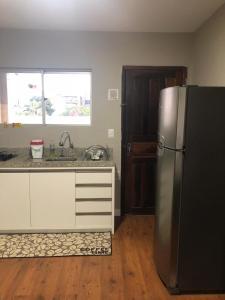 A kitchen or kitchenette at EDIFÍCIO FABIO APTO 06 SEGUNDO ANDAR PRÓXIMO AO MAR 2 QUARTOS