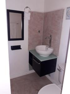 Et badeværelse på Cocoplum Rest N Hideaway #1