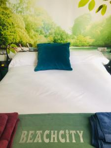 A bed or beds in a room at Luxury Beachcity