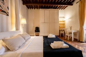A bed or beds in a room at Prince's Suite Popolo View