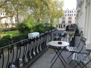 A balcony or terrace at Bayswater Queensway Studio Apartment